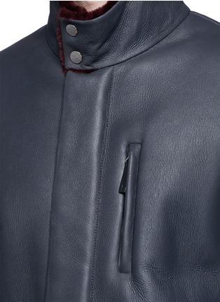 细节 - 点击放大 - ARMANI COLLEZIONI - 羊皮毛一体长款夹克