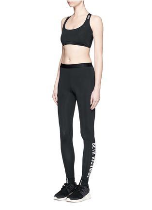 模特儿示范图 - 点击放大 - BETH RICHARDS - Masi品牌标志打底裤