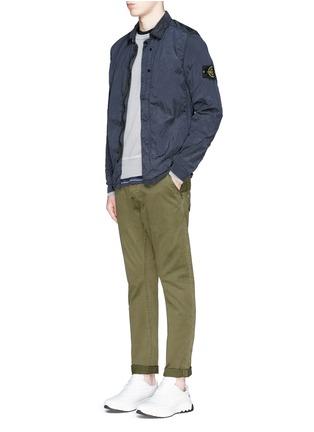 模特儿示范图 - 点击放大 - STONE ISLAND - 皱褶感尼龙衬衫式外套