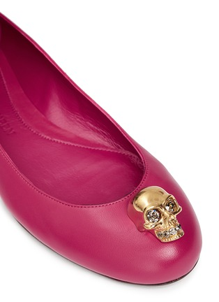 Detail View - Click To Enlarge - Alexander McQueen - Crystal skull leather ballerina flats