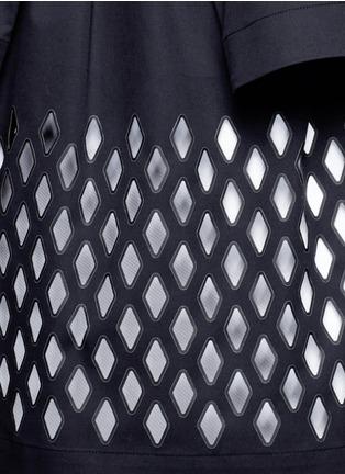 细节 - 点击放大 - STELLA MCCARTNEY - 菱格镂空斗篷袖上衣