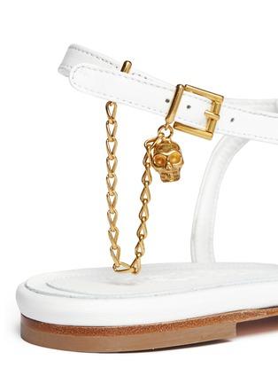 细节 - 点击放大 - ALEXANDER MCQUEEN - Skull charm chain leather thong sandals