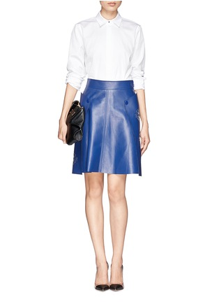 模特儿示范图 - 点击放大 - ALEXANDER MCQUEEN - Floral laser cutout leather wrap skirt