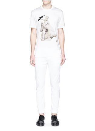 模特儿示范图 - 点击放大 - NEIL BARRETT - Thunderbolt sculpture print T-shirt