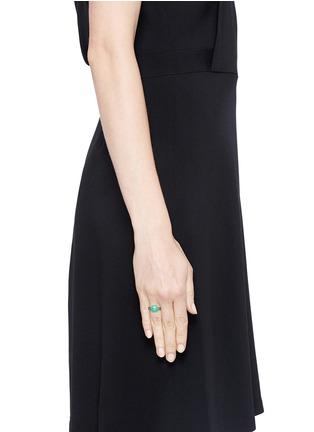 模特儿示范图 - 点击放大 - POMELLATO - Capri 18K玫瑰金绿玉髓蓝宝石戒指