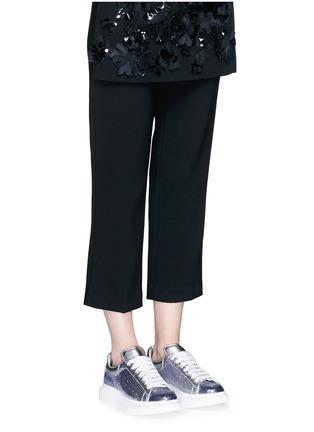 模特儿示范图 - 点击放大 - ALEXANDER MCQUEEN - 亮片拼色真皮厚底球鞋