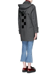 TOGA ARCHIVES Glossy checkerboard back trench coat