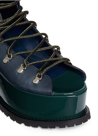 Detail View - Click To Enlarge - Sacai - Open vamp patent leather platform mountain boots