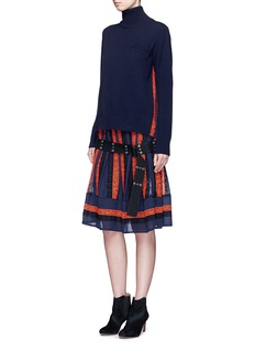 SacaiEmbroidered regimental calligraphy stripe pleated skirt