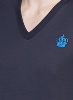 Crown embroidery V-neck T-shirt