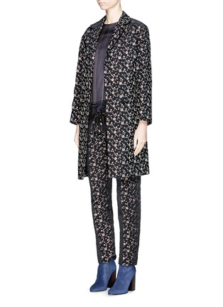 模特儿示范图 - 点击放大 - DRIES VAN NOTEN - 'Rosh' Lurex geometric dot brocade coat