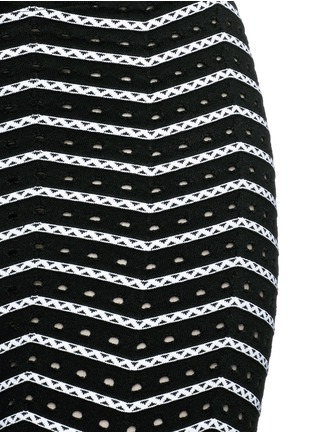 Detail View - Click To Enlarge - Alaïa - 'Fidji' bicolour perforated zigzag knit leggings