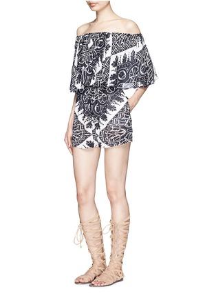 模特儿示范图 - 点击放大 - ALICE + OLIVIA - RMP花卉印花露肩短连体裤