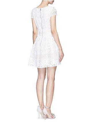 背面 - 点击放大 - ALICE + OLIVIA - IMANI修腰镂空连衣裙