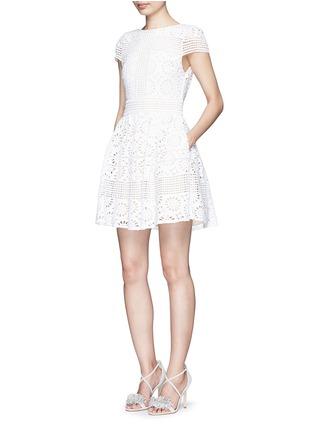 模特儿示范图 - 点击放大 - ALICE + OLIVIA - IMANI修腰镂空连衣裙