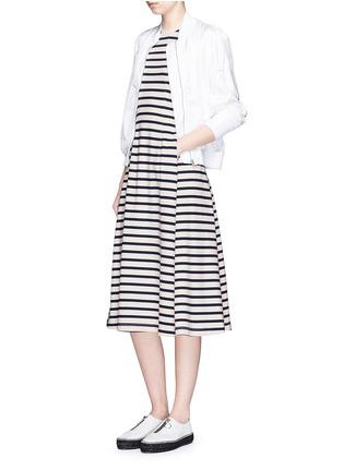 模特儿示范图 - 点击放大 - T BY ALEXANDER WANG - 条纹褶裥入肩式连衣裙