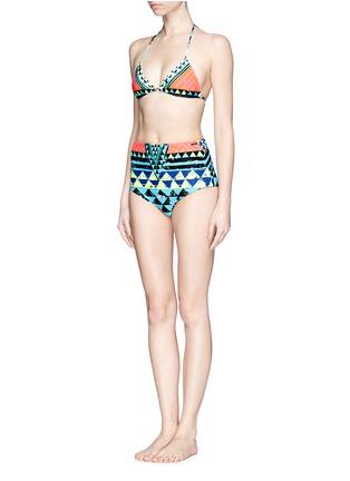模特儿示范图 - 点击放大 - MARA HOFFMAN - Geometric tribal print reversible triangle bikini top