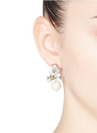 模特儿示范图 - 点击放大 - J.CREW - 仿水晶人造珍珠垂坠耳环