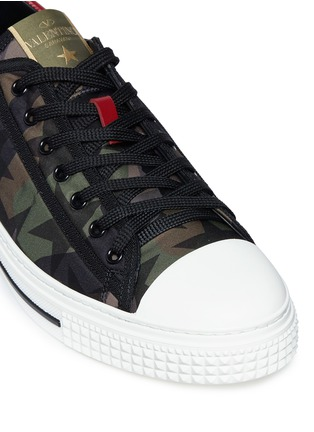 Detail View - Click To Enlarge - Valentino - Star camouflage sneakers