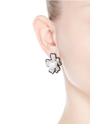 模特儿示范图 - 点击放大 - KENNETH JAY LANE - 仿水晶人造珍珠花卉耳环