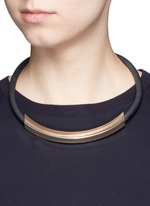 Curved bar pendant rubber necklace