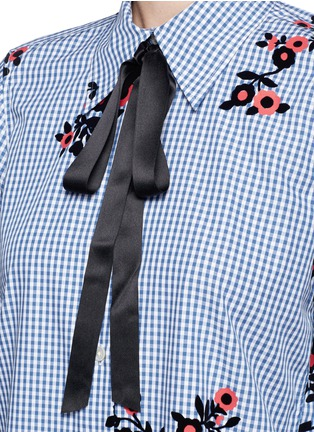 Detail View - Click To Enlarge - Marc Jacobs - Satin tie flocked floral print gingham shirt