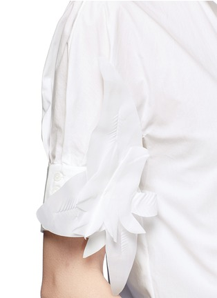 Detail View - Click To Enlarge - DELPOZO - Starched floral appliqué brooch poplin shirt