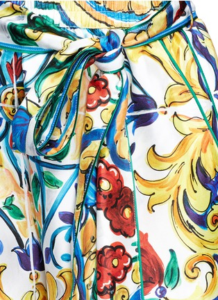 Detail View - Click To Enlarge - Dolce & Gabbana - Belted maiolica print silk shorts