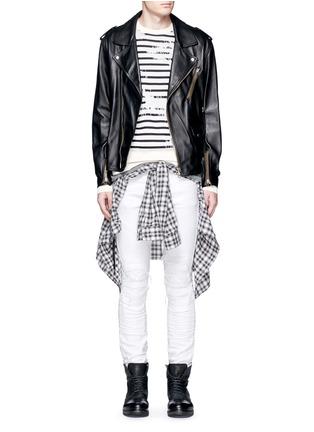 模特儿示范图 - 点击放大 - AMIRI - 褶皱磨损设计牛仔裤
