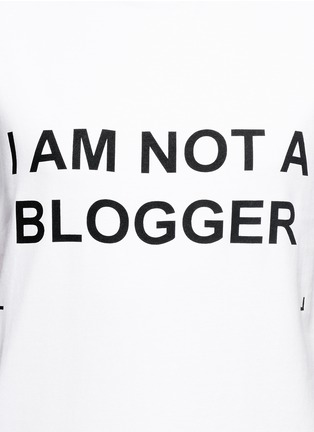 Detail View - Click To Enlarge - ANNA K - 'I Am Not A Blogger' slogan T-shirt