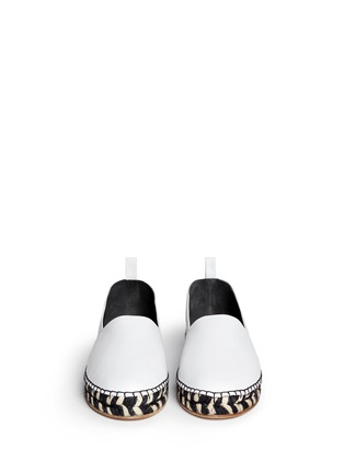 模特儿示范图 - 点击放大 - PROENZA SCHOULER - 真皮草织平底便鞋