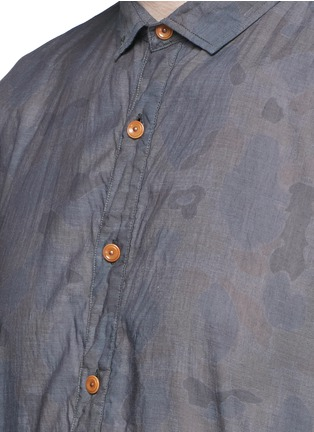 Detail View - Click To Enlarge - kolor - Camouflage print contrast hem chambray shirt