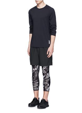 模特儿示范图 - 点击放大 - THE UPSIDE - 佩斯利印花七分长运动裤