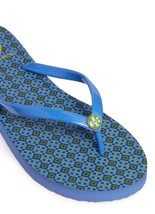 Detail View - Click To Enlarge - Tory Burch - 'Thin' geometric print flip flops