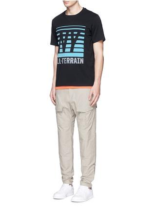 模特儿示范图 - 点击放大 - ICNY - 反光条纹及字母图案混棉T恤