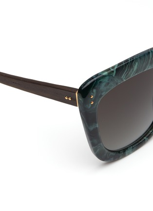 Detail View - Click To Enlarge - Linda Farrow - Ebony wood temple marbled acetate square sunglasses