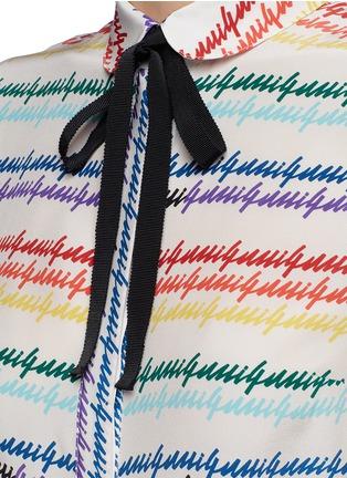 Detail View - Click To Enlarge - Gucci - Logo print Peter Pan collar silk shirt