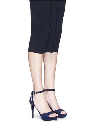 模特儿示范图 - 点击放大 - JIMMY CHOO - KAYDEN搭带绒面皮高跟凉鞋