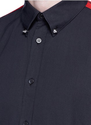 Detail View - Click To Enlarge - Alexander McQueen - 'Brad Pitt' grosgrain stripe stud cotton shirt