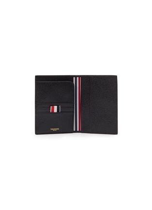 模特儿示范图 - 点击放大 - THOM BROWNE - 条纹罗缎装饰粒面真皮护照夹