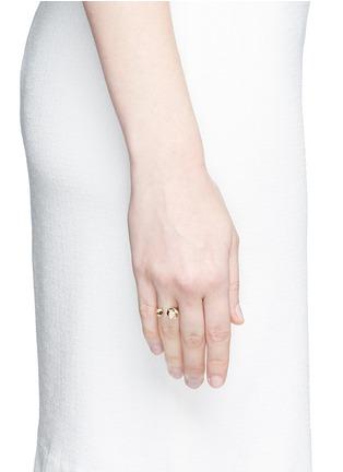 模特儿示范图 - 点击放大 - LAMA HOURANI JEWELRY - You and me钻石镶嵌18k金戒指