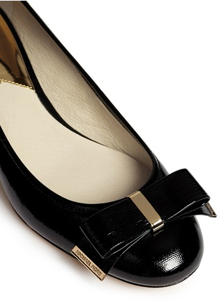 Detail View - Click To Enlarge - Michael Kors - 'Kiera' bow textured patent leather pumps