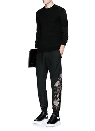 模特儿示范图 - 点击放大 - ALEXANDER MCQUEEN - 玫瑰刺绣纯棉运动裤