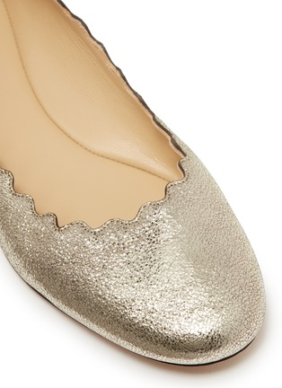 Detail View - Click To Enlarge - Chloé - 'Lauren' scalloped metallic leather ballet flats