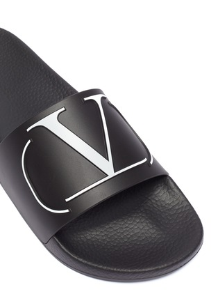 Detail View - Click To Enlarge - VALENTINO - Valentino Garavani 'VLOGO' print pool slides