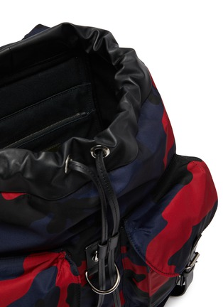 Detail View - Click To Enlarge - VALENTINO - Valentino Garavani Camouflage print backpack
