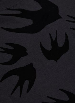 - MCQ ALEXANDER MCQUEEN - 'Swallow Swarm' velvet flock print T-shirt