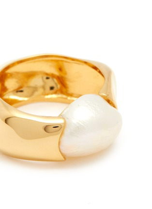 Detail View - Click To Enlarge - JOANNA LAURA CONSTANTINE - 'Feminine Waves' pearl ring