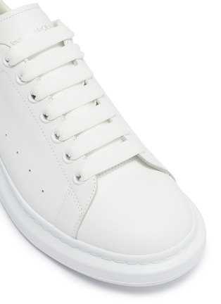 Detail View - Click To Enlarge - ALEXANDER MCQUEEN - 'Oversized Sneaker' in leather with holographic collar