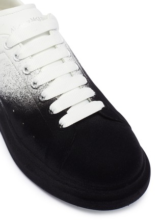 Detail View - Click To Enlarge - ALEXANDER MCQUEEN - 'Oversized Sneaker' in colourblock flocked leather